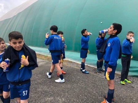 Futbol kulubu azyaşlılara enerjisi içkisi payladı -